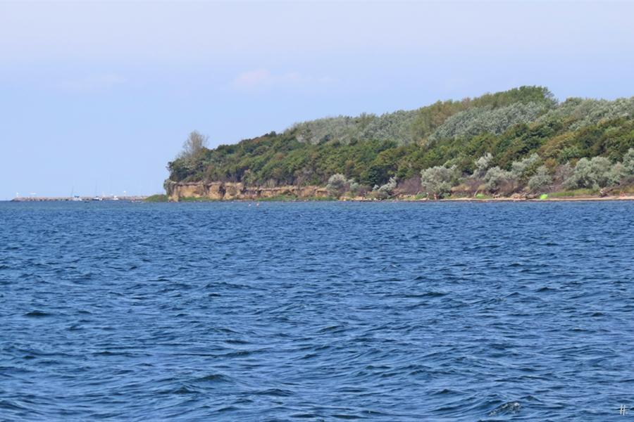 2018-08-18 mittags, Wismarer Bucht, auf der Poeler Kogge 'Wissemara', die Insel Poel mit dem Strand Wangern, Hinter Wangern